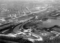 Historische Luftaufnahme vom Hamburger Stadtpark und der Jarrestadt. Im Vordergrund der Stadtparkhafen am Goldbekkanal und die Stadthalle am Stadtparksee - hinter den Bahngleisen die Wohnblocks der Jarrestadt in Winterhude.