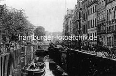 Historische Ansicht vom Rödingsmarktfleet in der Hamburger Altstadt - Schuten liegen bei Niedrigwasser auf Grund, Handkarren stehen auf der Strasse. Bis 1842 führte das Rödingsmarktfleet vom Mönckedammfleet zum Binnenhafen. Nach dem Brand von 18