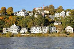 Herbstliche Anischt von Hamburg Blankenese - Blick von der Elbe auf den Süllberg.