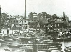 Hafenbecken von Hamburg Rothenburgsort - Kähne und Binnenschiffe liegen am Kai des Hafenbeckens. Industrie- und Gewerbegebäude liegen dicht am Hafen, re. im Hintergrund der historische Wasserturm.