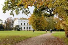 Herbst im Jenischpark in Hamburg Othmarschen - das Jensichhaus zwischen Herbstbäumen.