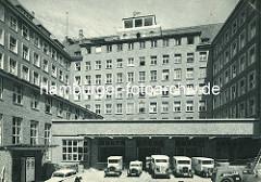 Pressehaus am Speersort in der Hamburger Altstadt - Lastwagen der Zeitungsauslieferung.