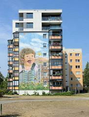 Siedlung Am Schlaatz in Babelsberg / Potsdam. Großwohnsiedlung in industrieller Bauweise zwischen 1980 und 1987 errichtet. Großflächiges Fassadenbild an der Hauswand eines mehrstöcigen Wohnhauses.