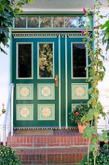 Eingangstür mit Schnitzerei + Dekormalerei, Hamburg Cranz.