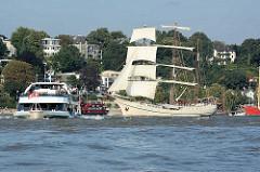 Schiffsverkehr vor Hamburg Oevelgönne, Stadtteil Othmarschen; Hafenfähren in Fahrt - Grosssegler, Segelschiff Artemis auf der Elbe.