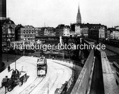 Blick von den Vorsetzen über den Binnenhafen zum Rödingsmarkt. Strassenbahn und Pferdfuhrwerke mit Kutscher auf der Strasse.