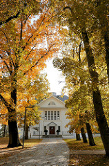 Herbstbäume - Allee im Heinepark von Hamburg Ottensen. Herrenhaus von Salomon Heine. Heine, Onkel des berühmten Dichters Heinrich Heine.