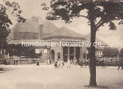 Eingang / Rückseite der Stadthalle im Hamburger Stadtpark; Fussgänger und Pferdedroschke.