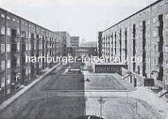 Innenhof in der Jarrestadt - Stoltenhof, Kinderspielplatz und Waschküche. Architektentwurf F. Ostermeyer wurde 1884 in Danzig geboren und eröffnete 1911 sein Büro in Hamburg- Altona. Neben Einzelhäusern entwarf der Architekt u. a. den  Friedrich