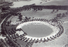 Historische Luftaufnahme vom Planschbecken im Hamburger Stadtpark - lks. die Skulptur Kind mit Reh, am oberen Bildrand der Stadtparksee.