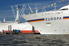 Bug des Passagierschiffs EUROPA im Hamburger Hafen - im Hintergrund das Museumsschiff Cap San Diego an den Hamburger Überseebrücken.