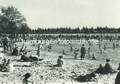 Kinder spielen am Planschbecken im Hamburger Stadtpark.