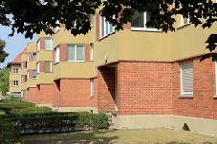 Versetzte Hausfront mit Eingang, Wohnblock - Grossbeerenstrasse in Babelsberg, Potsdam.