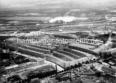Altes Luftbild von der Siedlung Jarrestadt in Hamburg Winterhude - im Vordergrund Gewerbegebäude an der Jarrestrasse - hinter den Bahngleisen der Hamburger Stadtpark mit dem ovalen Stadtparksee.