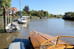 Sportboote liegen am Steg an der Este in Hamburg Cranz.