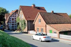 Wohnhäuser am Estedeich in HH-Cranz, Cabriolet.