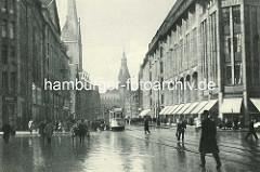 Regenwetter in der Hansestadt Hamburg - historischer Blick in die Mönckebergstrasse mit Kirchturm der St. Petrikirche und Rathausturm; re. das Karstadtgebäude.
