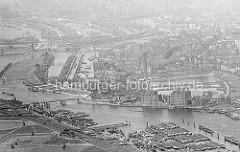 Historisches Flugbild von der Billwerder Bucht / Hamburg Rothenburgsort und Entenwerder ( Ausschnitt ). Im Vordergrund die Wasserwerke auf Kaltehofe und Binnenschiffe - dahinter die Industriearchitektur - Backsteingebäude am Ausschläger Elb