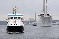Die Segelyacht White Pearl kehrt von einer  Probefahrt in den Kieler Hafen zurück; links das Fahrgastschiff Schilksee.