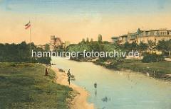 Historisches Motiv von der Hamburger Alster bei der Krugkoppelbrücke - coloriertes Motiv des unkanalisierten Hamburger Flusses - Angler und Wohnhäuser am Wasser.