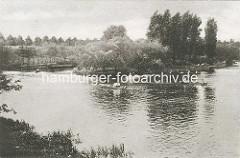 Blick zur Liebesinsel im Hamburger Stadtparksee.