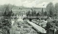 Steingarten im Hamburger Stadtpark - im Hintergrund das Landhaus Walter.