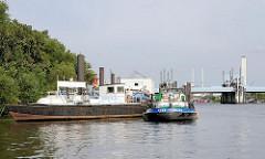 Bunkerboot, Bootstankstelle in Hamburg Entenwerder - das Binnenschiff STÖR mit Heimathafen Hamburg hat längsseits festgemacht; im Hintergrund das Sperrwerk Billwerder Bucht.