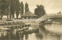 Liebesinsel im Hamburger Stadtparksee - Bootsverleih, Brücke über das Wasser.