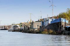 Arbeitsschiffe und Hausboote am Berliner Ufer im Hamburger Spreehafen - Stadtteil Kleiner Grasbrook / Wilhelmsburg.