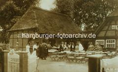 Vierländer Bauernkate / Milchschänke im Hamburger Stadtpark - Tische im Garten, Gäste.