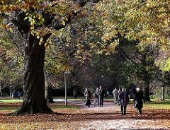 Herbstspaziergang durch das Herbstlaub im Hamburger Stadtpark.