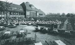 Aussenterrasse - Tische mit Stühlen im Freien; Stadthalle am Stadtparksee im Hamburger Stadtpark.