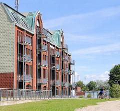 Zum Wohngebäude mit Balkons umgebauter Speicher am ehem. Hafen von Hamburg Rothenburgsort / Entenwerder - das Hafenbecken wurde zur Gestaltung des Elbparks Entenwerder teilweise zugeschüttet und das Areal als Hochwasserschutz aufgeschüttet.