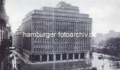 """Verwaltungsgebäude, um 1900 vom """"Deutschnationalen Handlungsgehilfenverband"""" in Auftrag gegeben - die Architekten waren Lundt & Kallmorgen. Die Skulpturen wurden von Karl Opfermann u. Ludwig Kunstmann erschaffen."""