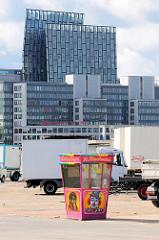 Abbau vom Hamburger Dom auf dem Heiligengeistfeld in Hamburg St. Pauli - im Hintergrund moderne Büroarchitektur, Tanzende Türme an der Reeperbahn.