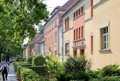 Restaurierte Wohnhäuser in der Heinrich Mann Allee in Babelsberg / Potsdam; Vorgärten mit Hecken.