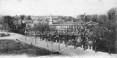 Historische Luftbild aus Hamburg Winterhude - Blick über die Hudtwalckerstraße zum Gebäude vom Winterhuder Fährhaus an der Alster.