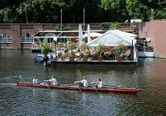 Restaurant und Bootsverleih am Hamburger Stadtparkhafen / Goldbekkanal. Aussengastronomie mit Sonnenschirmen am Wasser - Ruderboot.