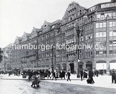 Versmannhaus in der Mönckebergstrasse / Hamburg Altstadt; 1912 nach Plänen von Johann Gottlieb Rambatz und Wilhelm Jollasse als Kontorhaus mit Läden, Café und Restaurant  erbaut.
