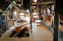 Innenansicht Bootswerft Cranz - von 1868 bis 1992 wurden in jetzt unter Denkmalschutz stehenden Bootshalle Kähne und Beiboote aus Holz gefertigt.