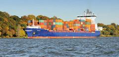 Das Containerschiff / Feederfrachter Empire auf der Fahrt elbabwärts vor Hamburg Nienstedten - prächtig gefärbte Herbstbäume am Elbhang.