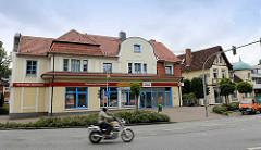 Historisches Gebäude, gewerblich und als Wohnraum genutzt - Motorradfahrer. Stadt Reinbek, Bahnhofstrasse / Hamburger Strasse