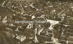 Alte Luftaufnahme von der Hamburger Neustadt - im unteren Bildbereich das Justizforum, dahinter lks. die Wallanlagen und die Musikhalle am Karl Muck Platz / Brahmsplatz mit der Kaiser  Wilhelm Strasse.