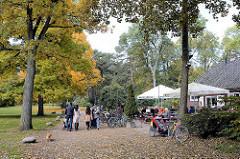 Herbstspaziergang im Hamburger Stadtpark, Café mit Sonnenschirmen / ehem. Toilette, Bedürfnisanstalt.