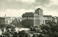 """Hamburgs erstes Hochhaus, um 1900 vom """"Deutschnationalen Handlungsgehilfenverband"""" in Auftrag gegeben - die Architekten waren Lundt & Kallmorgen. Die Skulpturen wurden von Karl Opfermann u. Ludwig Kunstmann erschaffen."""