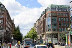 Mönckebergstrasse in der Hamburger Innenstadt / Altstadt - Blick in die Einkaufsstrasse Richtung Rathausmarkt.