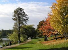 Herbstlich bunt gefärbte Bäume am Stadtparksee in Hamburg Winterhude.