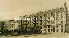 Historischer Blick von der Ulmenstrasse in den Grasweg in Hamburg Winterhude - mehrstöckige Wohnhäuser der Gründerzeit, lks. die neu angelegte Grünfläche.