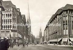 Historischer Blick durch die Mönckebergstrasse zum Hamburger Rathaus; lks. der Turm der Petrikirche - re. das Karstadtgebäude.