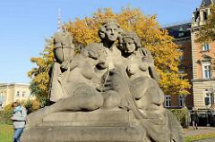 Figurengruppe halbnackte Frauen - Allegorien der Hansestädte Bremen, Hamburg u. Lübeck; Bildhauer Arthur Bock.